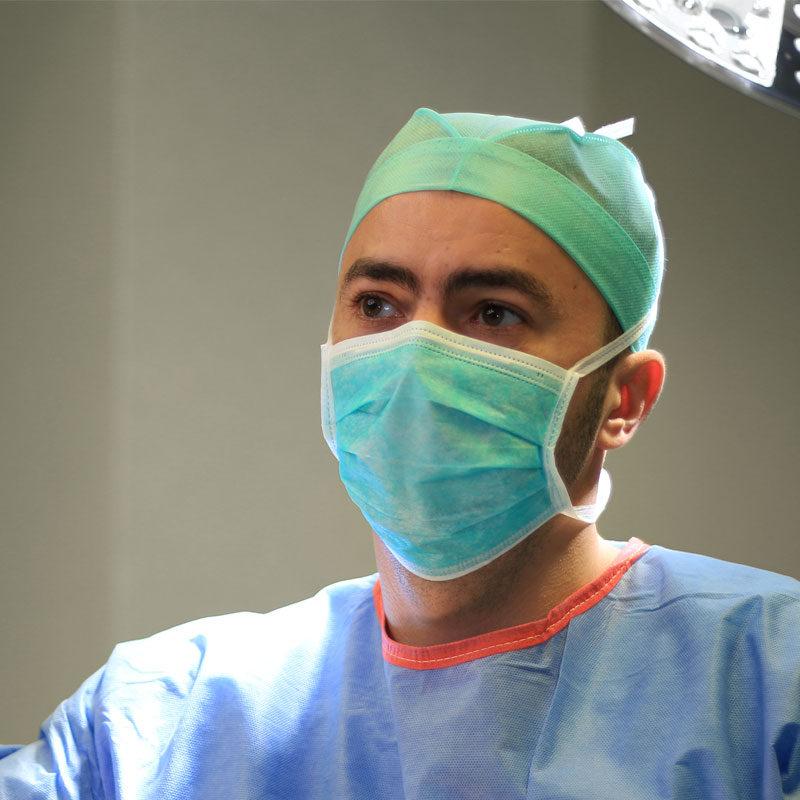 Dr George Sireteanu in operatie